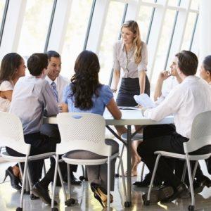 Profissionais no trabalho juntos com uma psicóloga