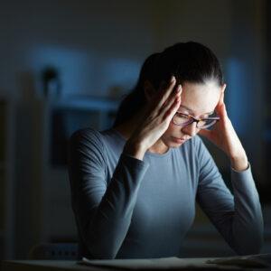 Mulher jovem com transtorno de ansiedade